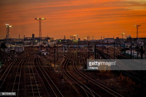 À la base d'un train de marchandises, au coucher de soleil.