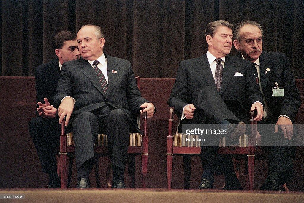 Gorbachev And Reagan At Geneva Summit : ニュース写真