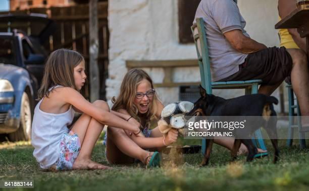 田舎屋外朝食 - ガールズバンド ストックフォトと画像
