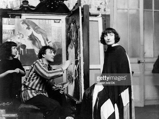 *07071887 At the easel in his atelier in Paris painting his wife Bella Behind him his daughter Ida ca 1927 Photographer Bonney Published by...