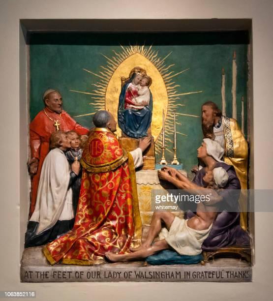 en la placa de los pies de nuestra señora de walsingham en el santuario - nacimiento de jesus fotografías e imágenes de stock