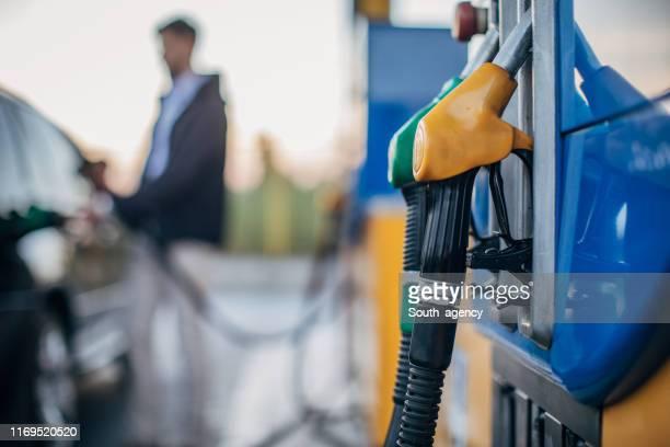 ガソリンスタンドで - ディーゼル ストックフォトと画像