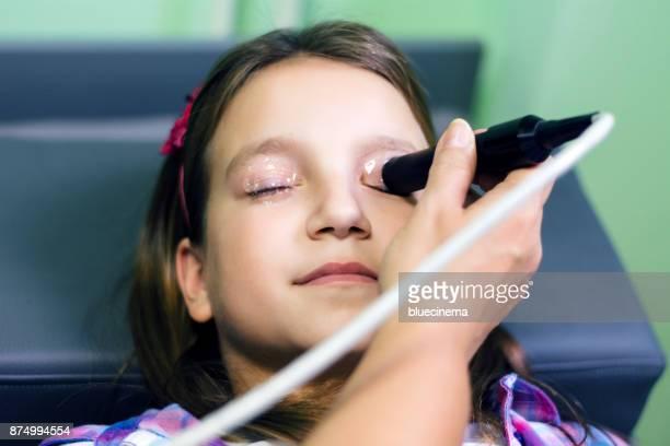 Beim Optiker Augenheilkunde Auge Ultraschall Optiker medizinische Augenuntersuchung