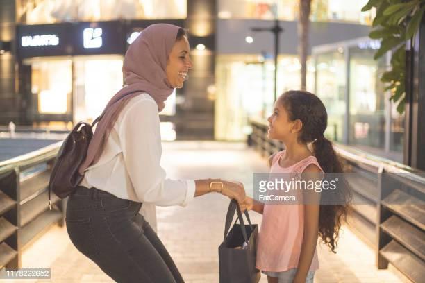 im einkaufszentrum - nordafrikanischer abstammung stock-fotos und bilder