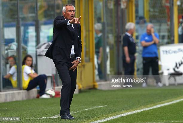 Atalanta BC coach Edy Reja issues instructions to his players during the Serie A match between Atalanta BC and Genoa CFC at Stadio Atleti Azzurri...