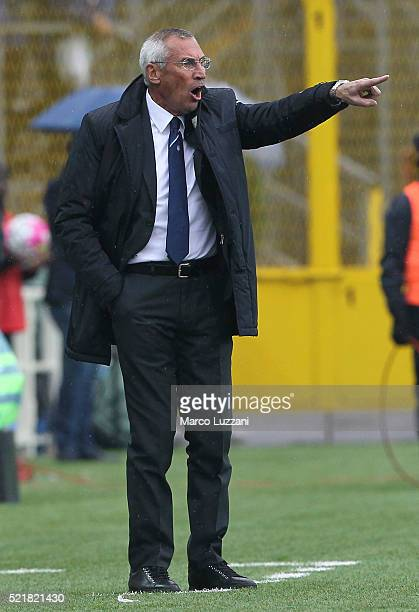 Atalanta BC coach Edy Reja shouts to his players during the Serie A match between Atalanta BC and AS Roma at Stadio Atleti Azzurri d'Italia on April...