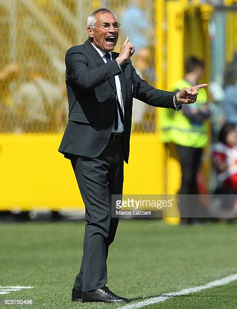 Atalanta BC coach Edy Reja shouts to his players during the Serie A match between Atalanta BC and AC Chievo Verona at Stadio Atleti Azzurri d'Italia...
