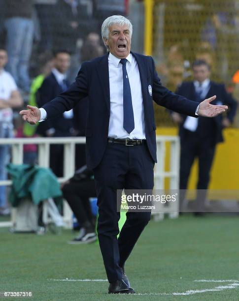 Atalanta BC coach Gian Piero Gasperini shouts to his players during the Serie A match between Atalanta BC and Bologna FC at Stadio Atleti Azzurri...