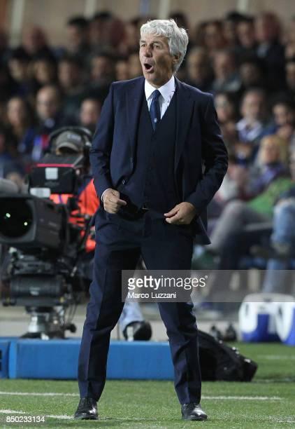 Atalanta BC coach Gian Piero Gasperini shouts to his players during the Serie A match between Atalanta BC and FC Crotone at Stadio Atleti Azzurri...