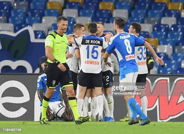Atalanta BC players celebrate the 11 goal scored by Remo Freuler beside the disappointment of Fabian Ruiz of SSC Napoli during the Serie A match...