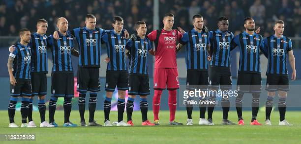 Atalanta BC players line up to pay their respects to Mino Favini prior to the TIM Cup match between Atalanta BC and ACF Fiorentina at Stadio Atleti...