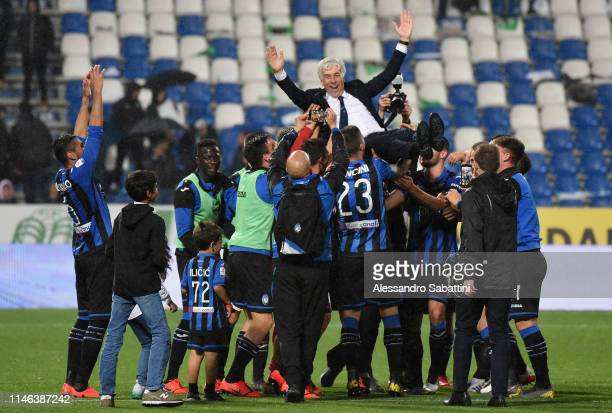 Atalanta BC players players celebrate their coah Gian Piero Gasperini after the Serie A match between Atalanta BC and US Sassuolo at Mapei Stadium...