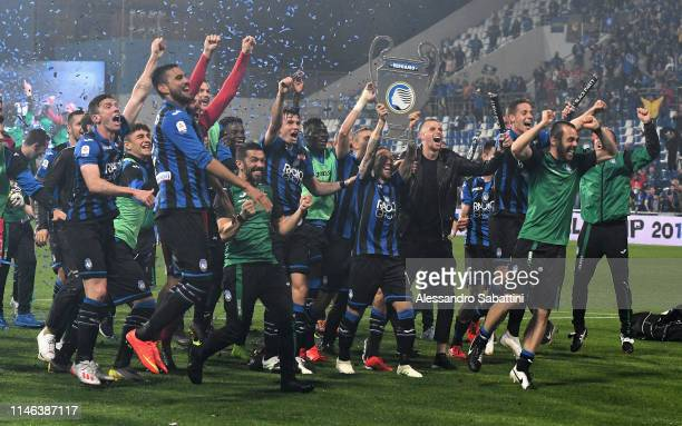 Atalanta players celebrate the victory after the Serie A match between Atalanta BC and US Sassuolo at Mapei Stadium Citta del Tricolore on May 26...
