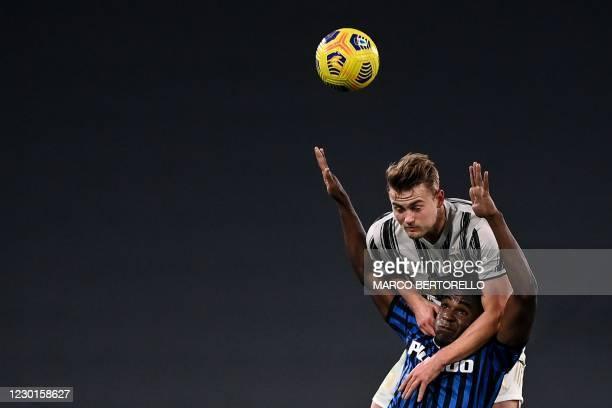 Atalanta's Colombian forward Duvan Zapata and Juventus' Dutch defender Matthijs De Ligt go for a header during the Italian Serie A football match...