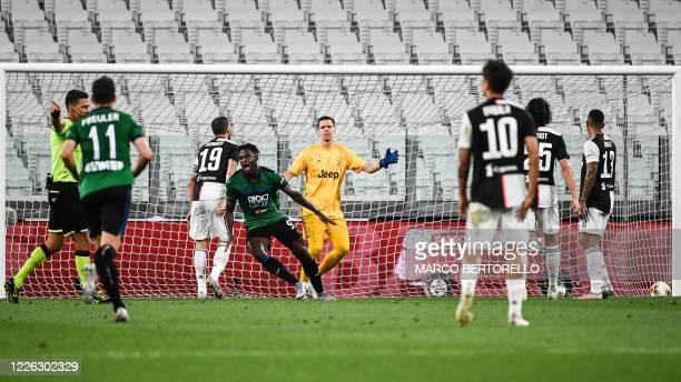 Atalanta's Colombian forward Duvan Zapata celebrates after opening the scoring during the Italian Serie A football match Juventus Turin vs Atalanta...