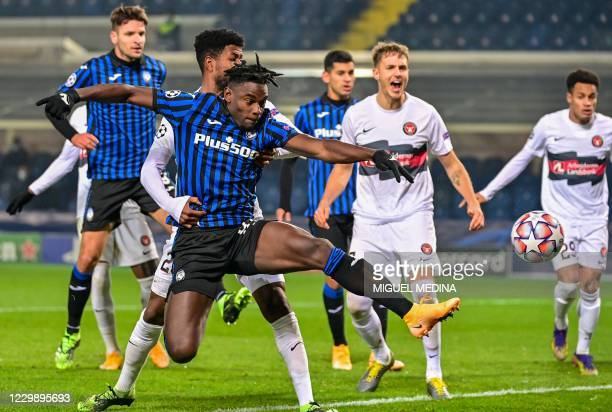 Atalanta's Colombian forward Duvan Zapata misses a goal opportunity during the UEFA Champions League Group D football match Atalanta vs Midtjylland...