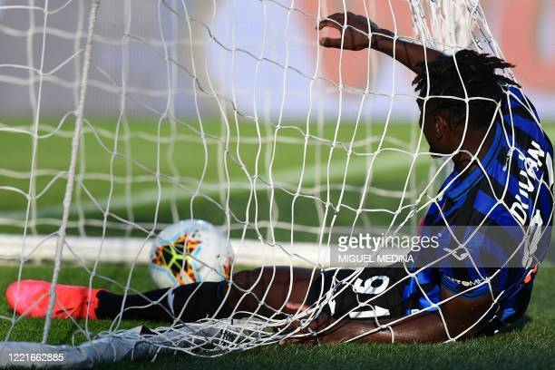 Atalanta's Colombian forward Duvan Zapata reacts after scoring the second goal during the Italian Serie A football match Atalanta vs Sassuolo, played...