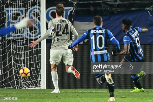 Atalanta's Colombian forward Duvan Zapata shoots to score his second goal during the Italian Tim Cup round of eight football match Atalanta Bergamo...