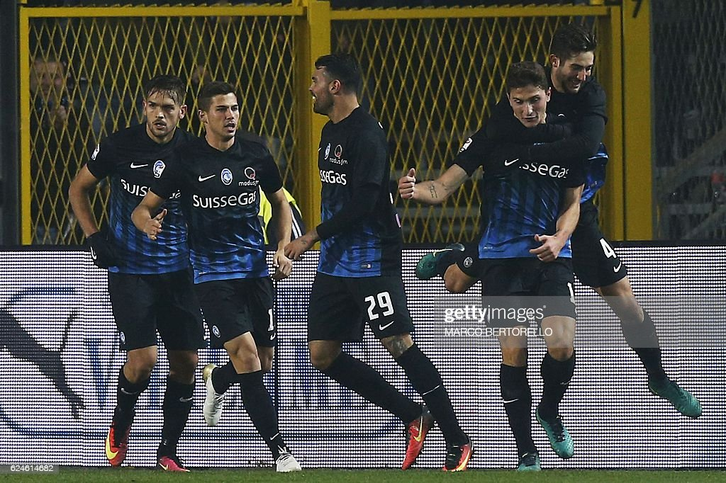 Atalanta's defender Mattia Caldara (2ndR) celebrates with his teammates after scoring during the Italian Serie A football match Atalanta vs As Roma on November 20, 2016 in 'Atleti Azzurri d'Italia' Stadium in Bergamo. / AFP / MARCO
