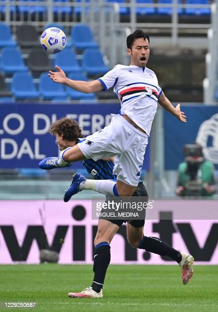 Atalanta's Dutch forward Sam Lammers fights for the ball with Sampdoria's Japanese defender Maya Yoshida during the Italian Serie A football match...