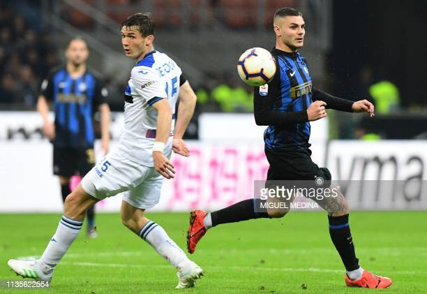 Atalanta's Dutch midfielder Marten de Roon and Inter Milan's Argentine forward Mauro Icardi go for the ball during the Italian Serie A football match...