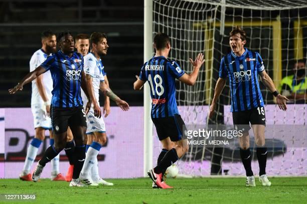 Atalanta's Dutch midfielder Marten de Roon celebrates with comrades after scoring his team's second goal the Italian Serie A football match Atalanta...
