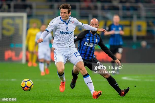 Atalanta's Dutch midfielder Marten de Roon outruns Inter Milan's Spanish midfielder Borja Valero during the Italian Serie A football match Inter...