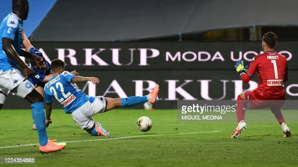 Atalanta's German defender Robin Gosens shoots to score past Napoli's Italian goalkeeper Alex Meret during the Italian Serie A football match...