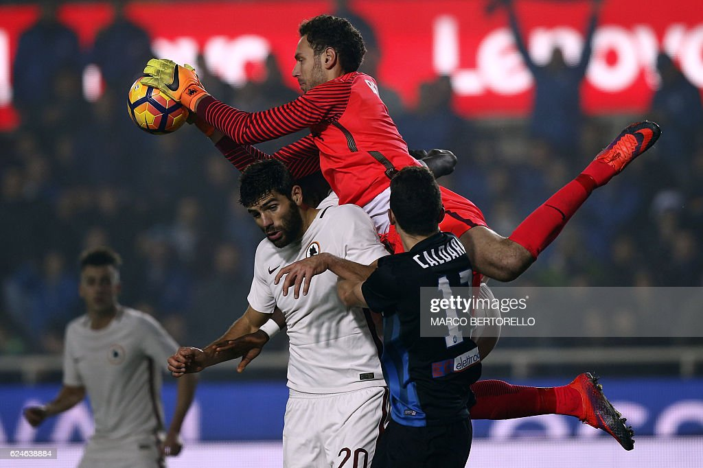 Atalanta's goalkeeper Etrit Berisha from Albania (top) catches the ball during the Italian Serie A football match Atalanta vs As Roma on November 20, 2016 in 'Atleti Azzurri d'Italia' Stadium in Bergamo. / AFP / MARCO