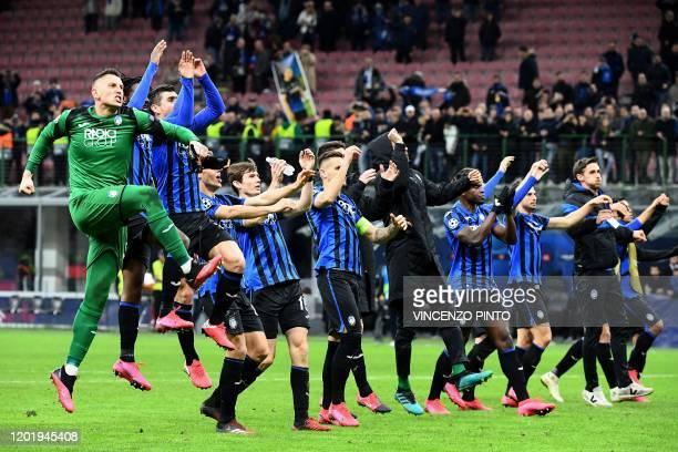 Atalanta's Italian goalkeeper Pierluigi Gollini and teammates acknowledge the public at the end of the UEFA Champions League round of 16 first leg...