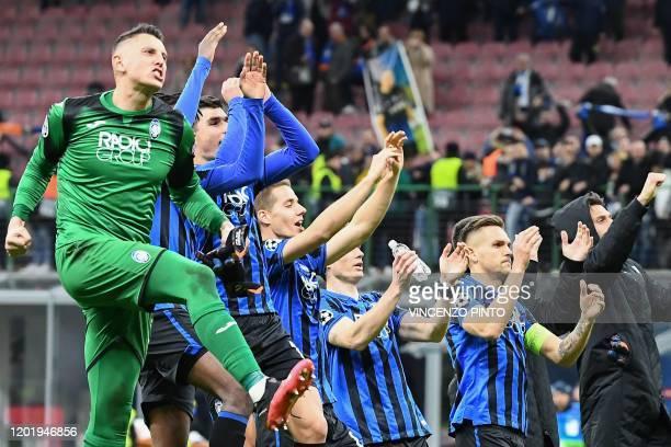 Atalanta's Italian goalkeeper Pierluigi Gollini l and teammates acknowledge the public at the end of the UEFA Champions League round of 16 first leg...