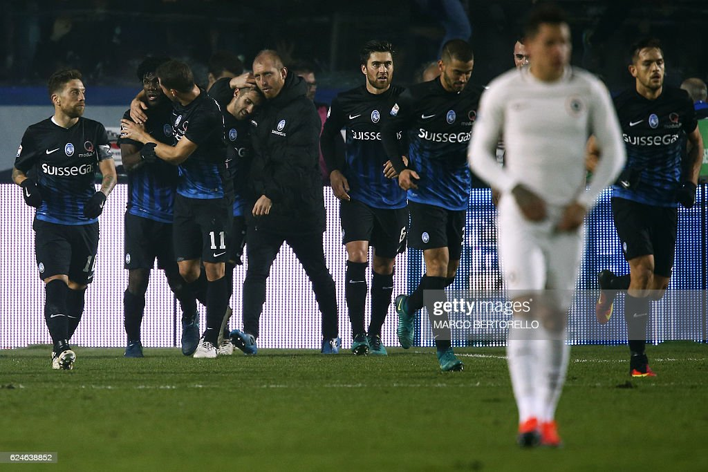 Atalanta's midfielder Franck Kessie of Ivory Coast (2ndL) celebrates with teammates after scoring during the Italian Serie A football match Atalanta vs As Roma on November 20, 2016 in 'Atleti Azzurri d'Italia' Stadium in Bergamo. / AFP / MARCO