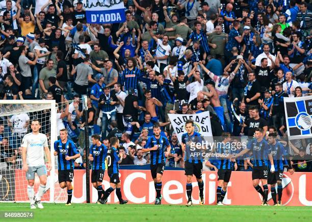 Atalanta's players celebrate a goal during the UEFA Europa League Group E football match between Atalanta and Everton at the Mapei Stadium in Reggio...