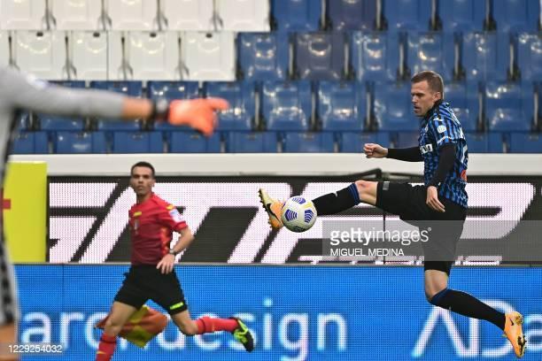 Atalanta's Slovenian midfielder Josip Ilicic controls the ball during the Italian Serie A football match between Atalanta and Sampdoria at the Atleti...