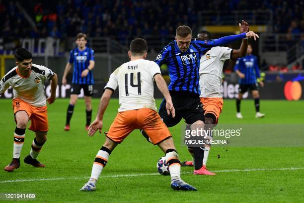 Atalanta's Slovenian midfielder Josip Ilicic shoots to score during the UEFA Champions League round of 16 first leg football match Atalanta Bergamo...