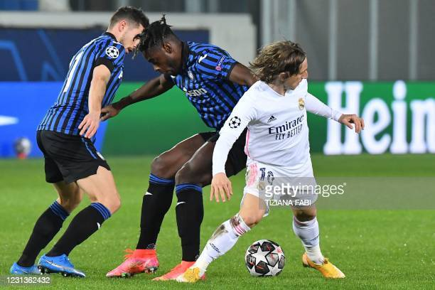 Atalanta's Swiss midfielder Remo Freuler, Atalanta's Colombian forward Duvan Zapata and Real Madrid's Croatian midfielder Luka Modric go for the ball...