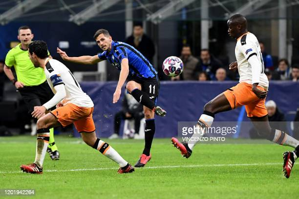 Atalanta's Swiss midfielder Remo Freuler shoots to score his team's third goal during the UEFA Champions League round of 16 first leg football match...
