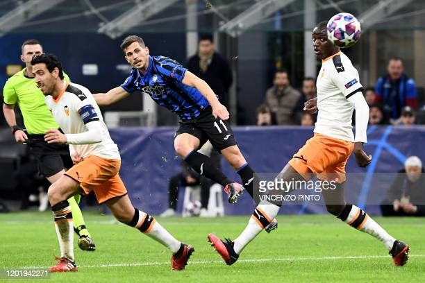 TOPSHOT Atalanta's Swiss midfielder Remo Freuler shoots to score his team's third goal during the UEFA Champions League round of 16 first leg...
