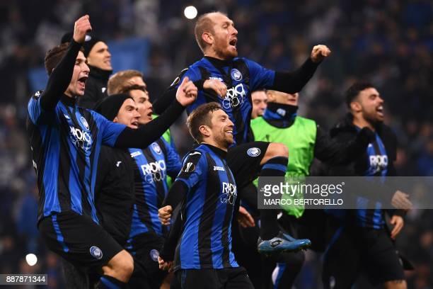 Atalanta's team celebrate at the end of the UEFA Europa League group E football match Atalanta vs Olympique Lyonnais at the Mapei Stadium in Reggio...