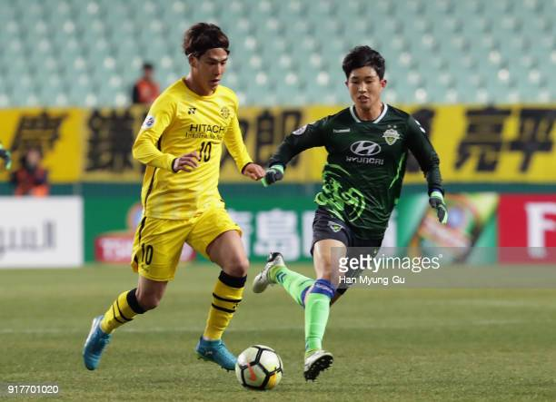 Ataru Esaka of Kashiwa Reysol and Lee Seunggi of Jeonbuk Hyundai Motors compete for the ball during the AFC Champions League Group E match between...