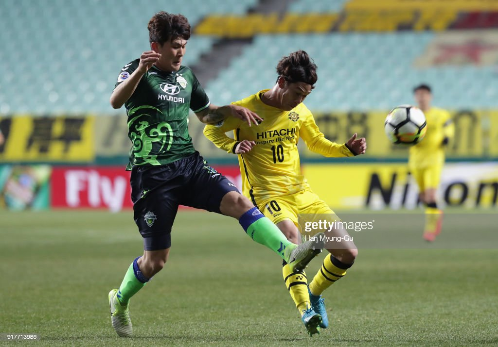Ataru Esaka of Kashiwa Reysol controls the ball under pressure of Kim Min-jae of Jeonbuk Hyundai Motors during the AFC Champions League Group E match between Jeonbuk Hyundai Motors and Kashiwa Reysol at the Jeonju World Cup Stadium on February 13, 2018 in Jeonju, South Korea.