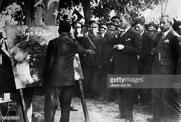 Atatuerk Kemal *12031881Politiker FeldherrTuerkei spricht zu seinem Volk am Jahrestag der tuerkischen Republik 1937Fotografie von SteinhoffConitz