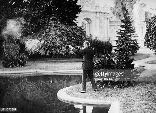 Atatuerk Kemal *12031881Politiker Türkeibesichtigt das ihm vom türkischen Staaterrichtete Monument in Tokat 1935