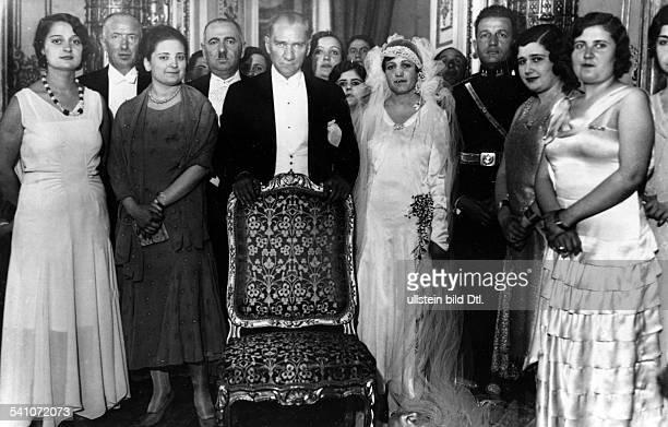 Atatuerk Kemal *12031881Politiker Tuerkei bei der Hochzeit seiner dritten Adoptivtochter 1930