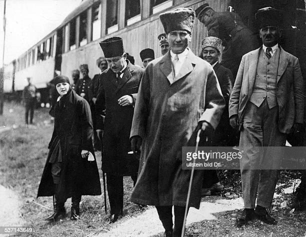 Atatuerk Kemal Politiker Türkei Ankunft in DunluPunar zur Nationalfeier für den 'unbekannten türkischen Soldaten' links Ehefrau Latifeh 1924