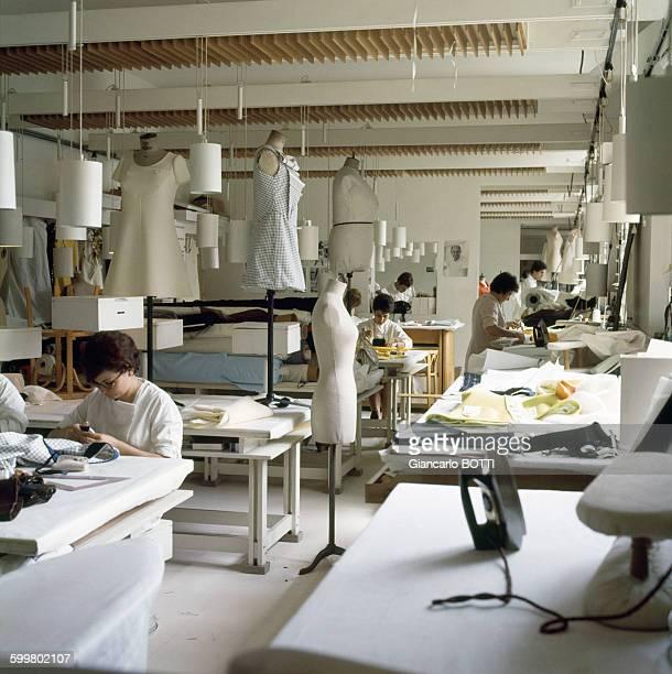 Atelier de couture chez Courrèges circa 1960 à Paris France