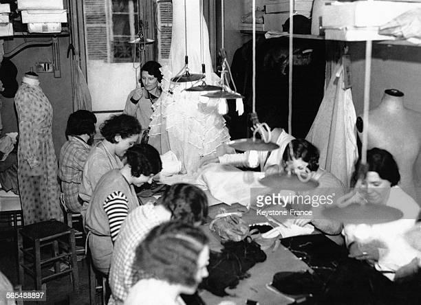 Atelier de couture d'une grande maison parisienne à Paris France circa 1925