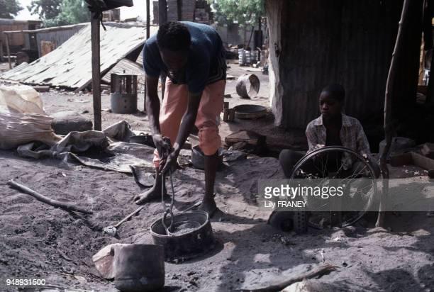 Atelier d'un forgeron à Niamey en décembre 1989 Niger