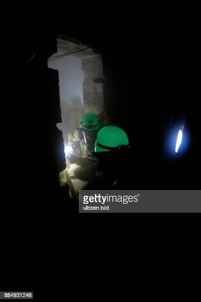 AtemschutzNotfallTrainierte Staffel der Berliner Feuerwache 1300 bei einer Übung in einem künstlich vernebelten Keller
