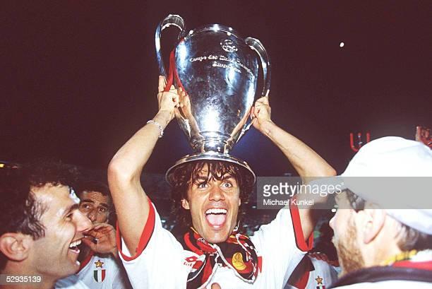 Athen; AC MAILAND - FC BARCELONA 4:0; JUBEL Paolo MALDINI/MAILAND mit Pokal